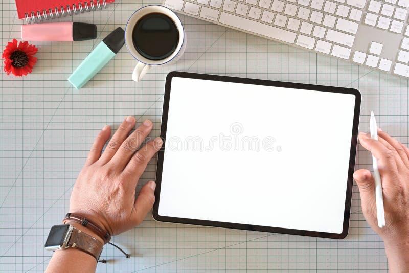 Δημιουργικός σχεδιαστής που εργάζεται με την ψηφιακή ταμπλέτα σχεδίων στοκ εικόνες με δικαίωμα ελεύθερης χρήσης