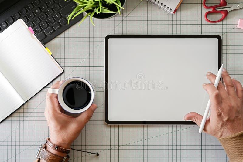 Δημιουργικός σχεδιαστής που εργάζεται με την ψηφιακή ταμπλέτα σχεδίων στοκ φωτογραφία με δικαίωμα ελεύθερης χρήσης