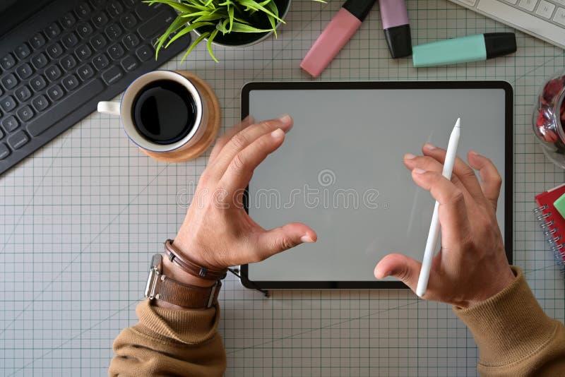 Δημιουργικός σχεδιαστής που εργάζεται με την ψηφιακή ταμπλέτα σχεδίων στοκ εικόνες