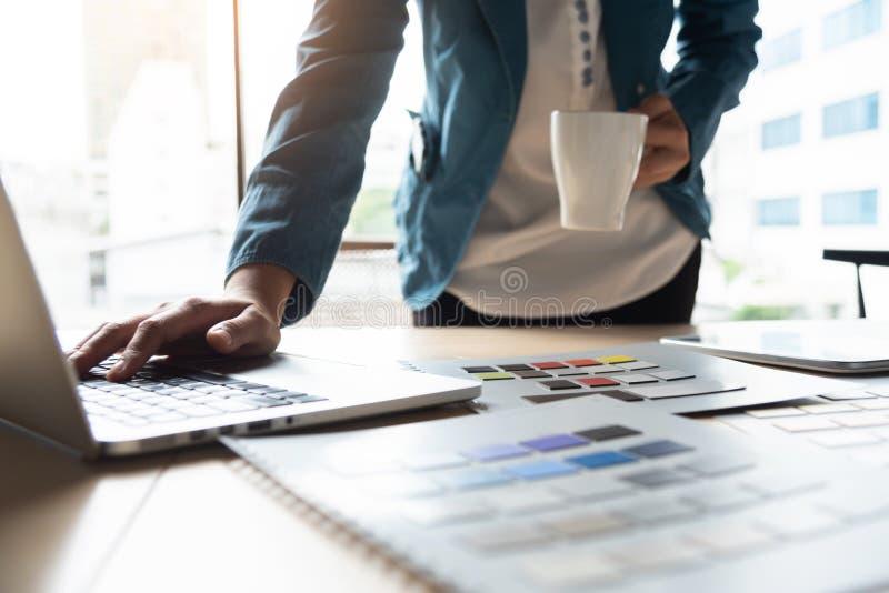 Δημιουργικός σχεδιαστής που εργάζεται με το lap-top στοκ φωτογραφίες