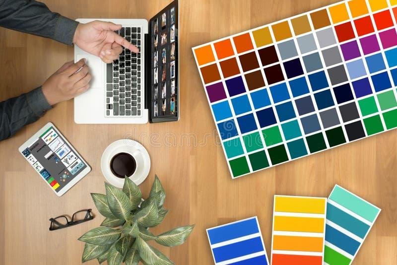 Δημιουργικός σχεδιαστής γραφικός στην εργασία Swatch χρώματος δείγματα, Illustr στοκ φωτογραφία