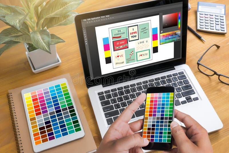 Δημιουργικός σχεδιαστής γραφικός στην εργασία Swatch χρώματος δείγματα, Illustr στοκ εικόνες