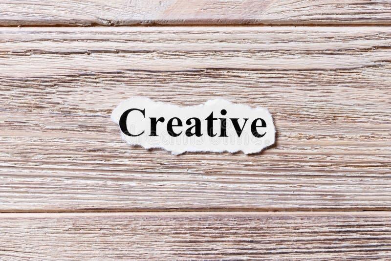 Δημιουργικός της λέξης σε χαρτί Έννοια Λέξεις δημιουργικού σε ένα ξύλινο υπόβαθρο στοκ φωτογραφία με δικαίωμα ελεύθερης χρήσης