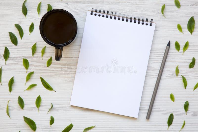 Δημιουργικός υπολογιστής γραφείου με ένα φλιτζάνι του καφέ, ένα σημειωματάριο και ένα μολύβι κορυφή στοκ εικόνες