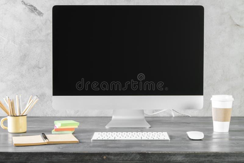 Δημιουργικός υπολογιστής γραφείου με την καθαρή οθόνη υπολογιστή στοκ εικόνα