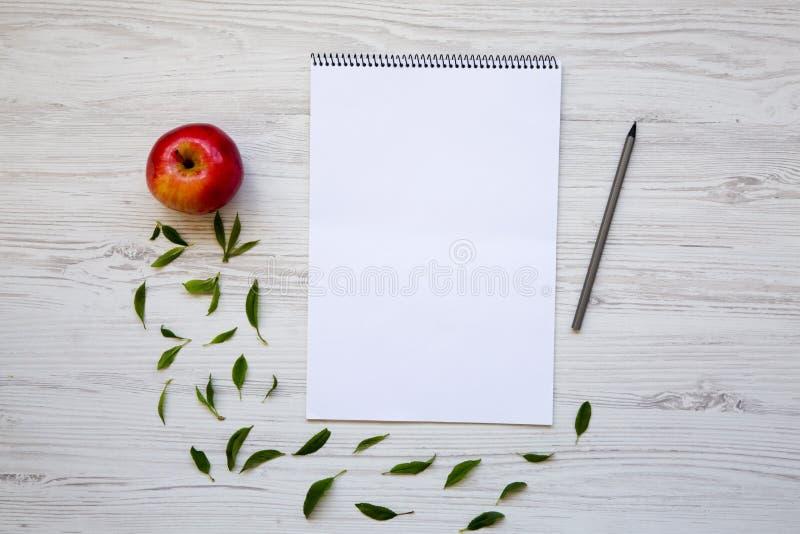 Δημιουργικός υπολογιστής γραφείου με το σημειωματάριο, το μολύβι και το μήλο στοκ εικόνες με δικαίωμα ελεύθερης χρήσης