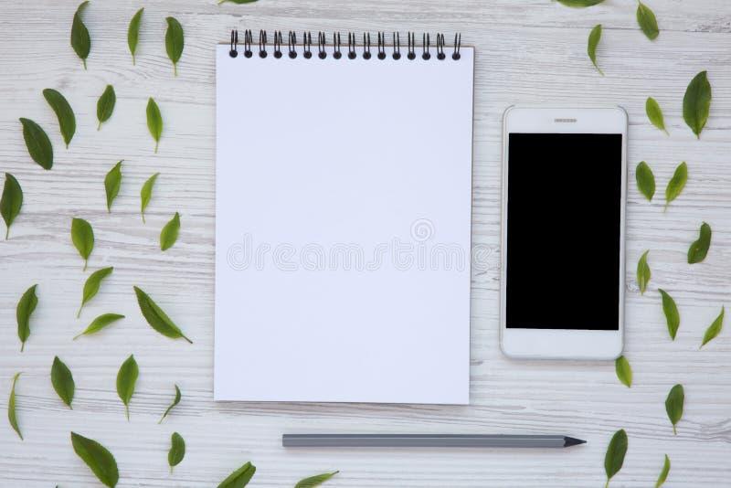 Δημιουργικός υπολογιστής γραφείου με το smartphone, το σημειωματάριο και το μολύβι Τοπ όψη στοκ εικόνες