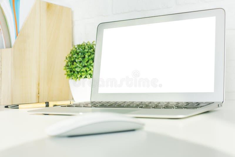 Δημιουργικός υπολογιστής γραφείου hipster με το άσπρο lap-top στοκ εικόνες
