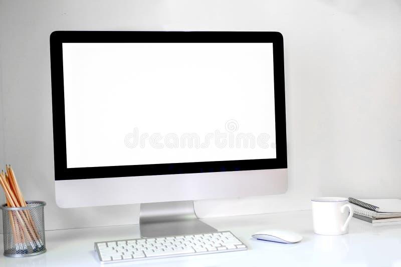 Δημιουργικός υπολογιστής γραφείου hipster με την κενή άσπρη οθόνη υπολογιστή, το φλυτζάνι καφέ και άλλα στοιχεία στο άσπρο υπόβαθ στοκ φωτογραφία με δικαίωμα ελεύθερης χρήσης