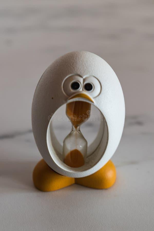 Δημιουργικός φιαγμένος από κλεψύδρα αυγών, μοιάζοντας με έναν μικρό νεοσσό στοκ φωτογραφία