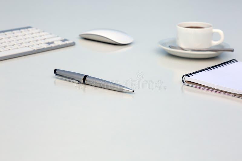 Δημιουργικός φωτεινός πίνακας γραφείων με την εκτελεστικές μάνδρα σημειωματάριων ποντικιών πληκτρολογίων υπολογιστών και την κούπ στοκ εικόνα