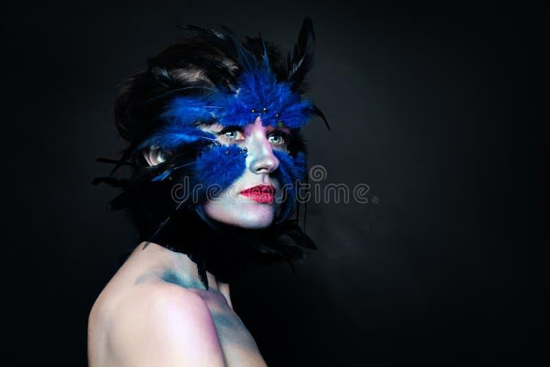 Δημιουργικός χαρακτήρας αποκριών Πουλί γυναικών makeup στο σκοτεινό υπό στοκ φωτογραφίες με δικαίωμα ελεύθερης χρήσης