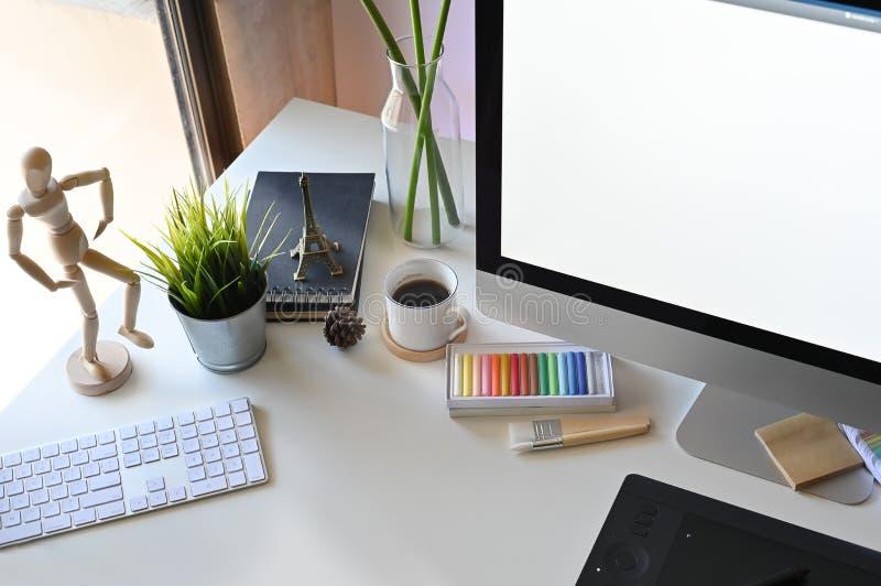 Δημιουργικός χώρος εργασίας με το γραφείο γραφείων στοκ εικόνες με δικαίωμα ελεύθερης χρήσης