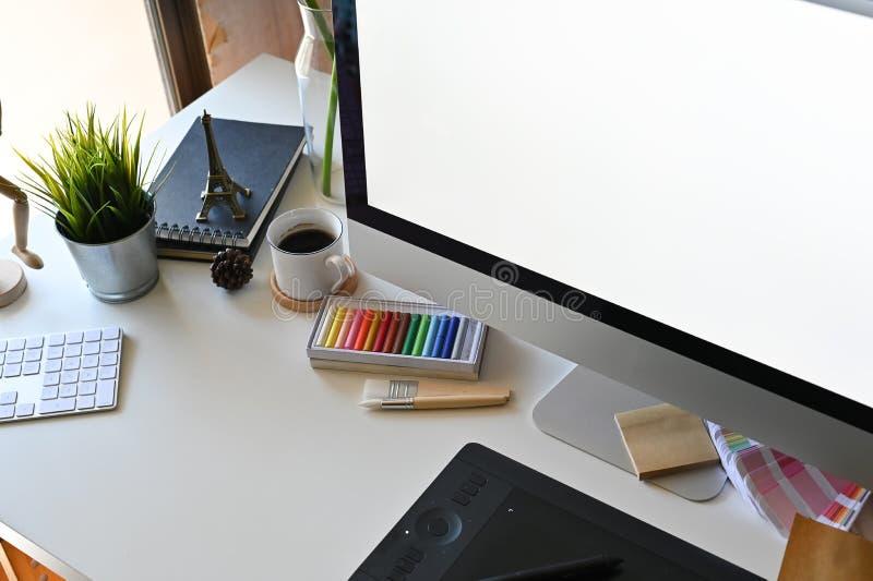 Δημιουργικός χώρος εργασίας με το γραφείο γραφείων στοκ φωτογραφία με δικαίωμα ελεύθερης χρήσης