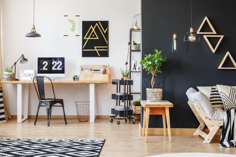 Δημιουργικός χώρος εργασίας με το τρίγωνο κινητήριο στοκ φωτογραφίες