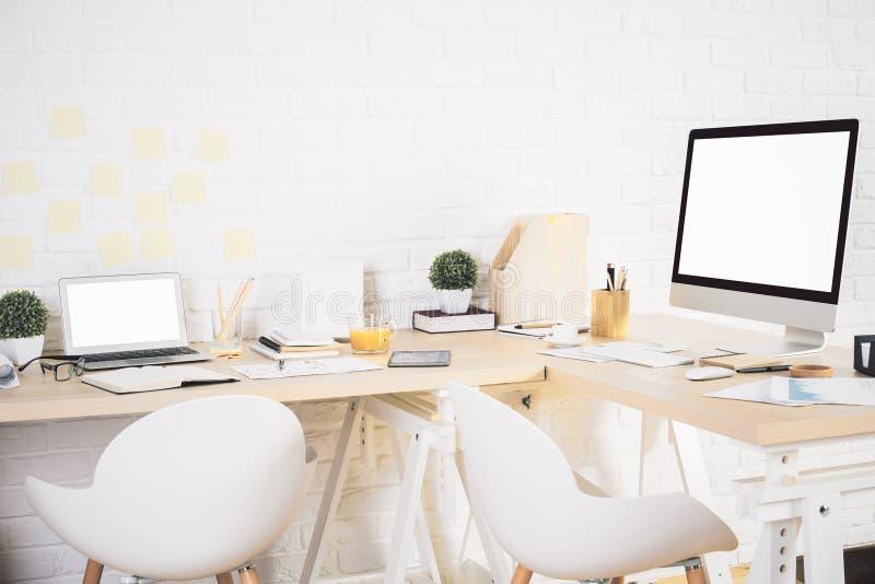 Δημιουργικός χώρος εργασίας σχεδιαστών στοκ φωτογραφία