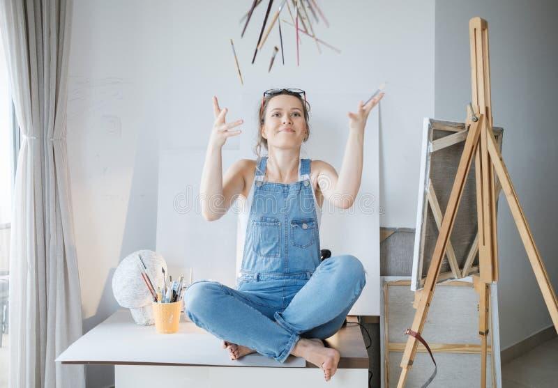 Δημιουργικός όμορφος ζωγράφος γυναικών μπροστά από τον καμβά και το σχέδιο στοκ εικόνες με δικαίωμα ελεύθερης χρήσης