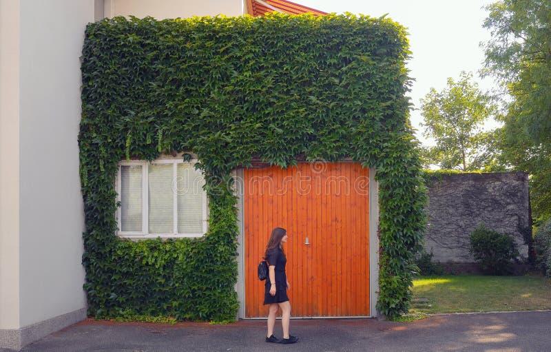 Δημιουργικός minimalistic με το κορίτσι και την αρχιτεκτονική στοκ εικόνα