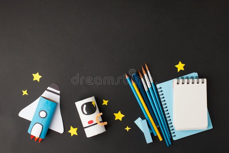 Δημιουργικό εκπαιδευτικό υπόβαθρο Επιστροφή στη σχολική έννοια πύραυλος κομμένος από χάρτινο σωληνάκι τουαλέτας και σχολικά εργαλ στοκ φωτογραφίες με δικαίωμα ελεύθερης χρήσης