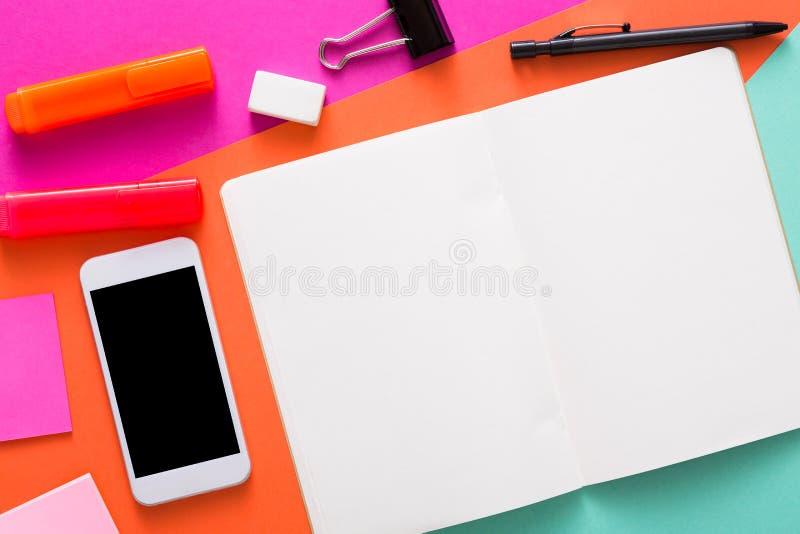 Δημιουργικό ελάχιστο σχέδιο - επίπεδο βάλτε του χώρου εργασίας στοκ φωτογραφία με δικαίωμα ελεύθερης χρήσης