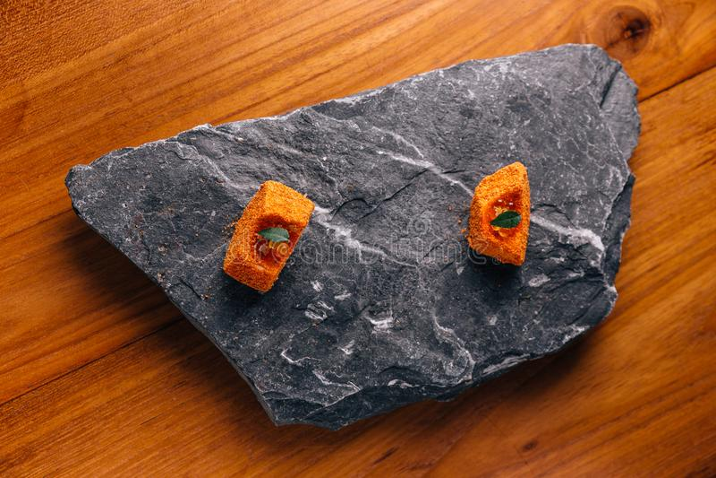 Δημιουργικό λεπτό Dinning: Ψάρια το πορτοκαλί κάλυμμα λούστρου χρώματος με το ikura που εξυπηρετείται με στο πιάτο πετρών στοκ φωτογραφίες με δικαίωμα ελεύθερης χρήσης