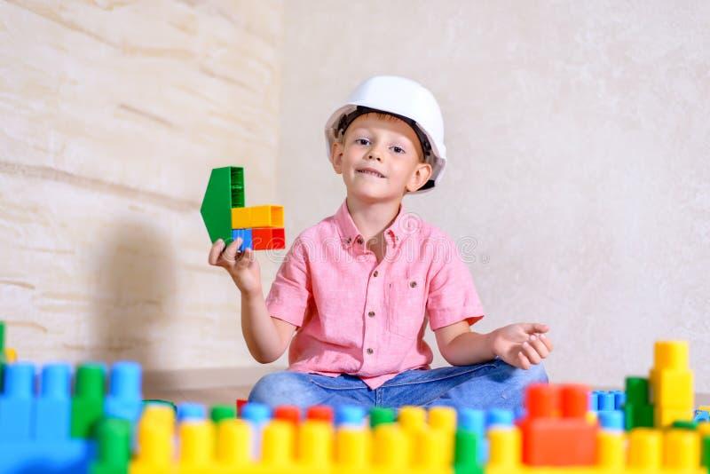 Δημιουργικό νέο παιχνίδι αγοριών με τις δομικές μονάδες στοκ εικόνα με δικαίωμα ελεύθερης χρήσης