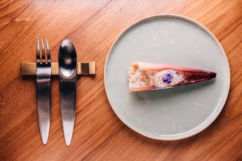 Δημιουργικό πρόστιμο που δειπνεί: Το αγγιγμένο κάλυμμα μπανανών με toffee το μάγειρα από το υγρό άζωτο, μοιάζει με το χιόνι Εξυπη στοκ φωτογραφία με δικαίωμα ελεύθερης χρήσης