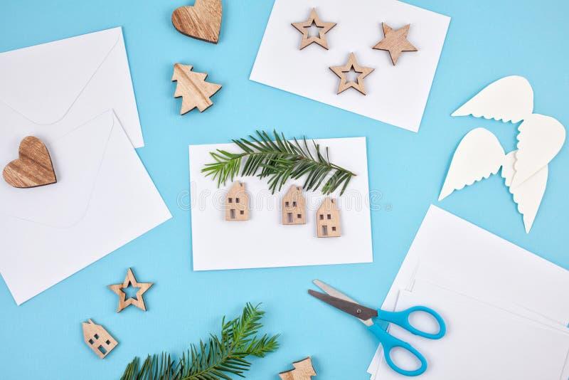 Δημιουργικό πρότυπο χόμπι Ευχετήριες κάρτες Χριστουγέννων DIY διαδικασία στοκ φωτογραφία