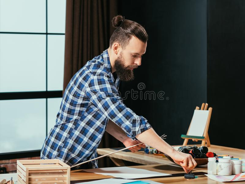 Δημιουργικό σύγχρονο στούντιο καλλιτεχνών τρόπου ζωής hipster στοκ εικόνα με δικαίωμα ελεύθερης χρήσης
