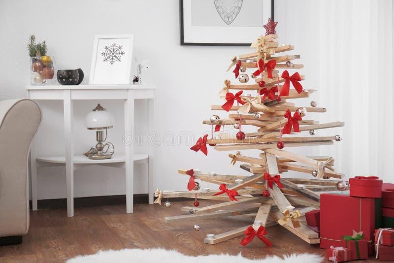 Δημιουργικό χριστουγεννιάτικο δέντρο στο εσωτερικό δωματίων στοκ φωτογραφία με δικαίωμα ελεύθερης χρήσης