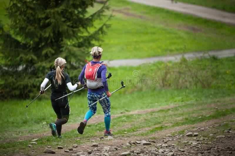 Δημοκρατία της Τσεχίας, Beskydy: Το Μάιο του 2019 Μαραθώνιος ουρανού Perun Γυναίκες που τρέχουν προς τα κάτω από το Hill Javorovy στοκ εικόνες