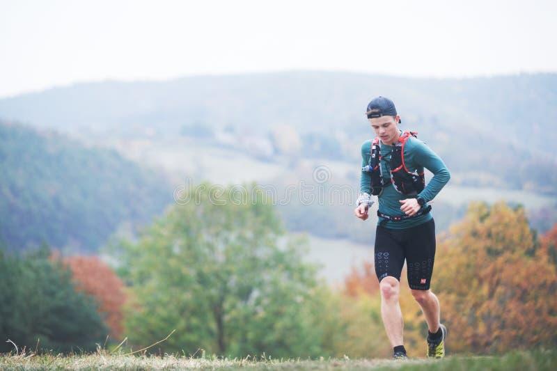 ΔΗΜΟΚΡΑΤΊΑ ΤΗΣ ΤΣΕΧΊΑΣ, SLAPY, τον Οκτώβριο του 2018: Ανταγωνισμός τρεξίματος Maniacs ιχνών Νεαρός άνδρας που οργανώνεται στη φθι στοκ εικόνα