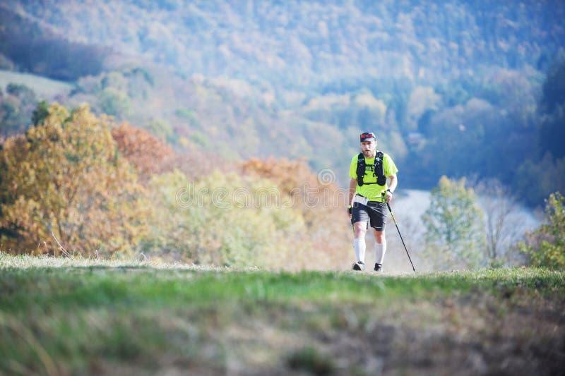 ΔΗΜΟΚΡΑΤΊΑ ΤΗΣ ΤΣΕΧΊΑΣ, SLAPY, τον Οκτώβριο του 2018: Ανταγωνισμός τρεξίματος Maniacs ιχνών Γενειοφόρο άτομο με το τρέξιμο των ρα στοκ εικόνα