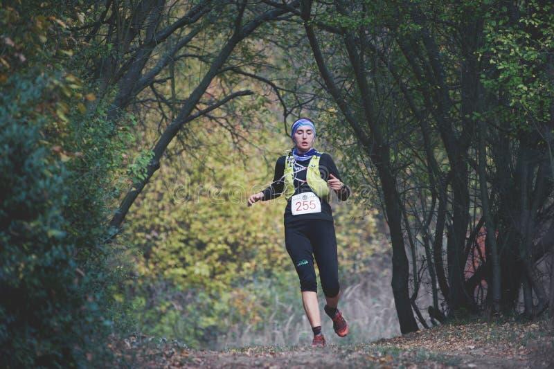 ΔΗΜΟΚΡΑΤΊΑ ΤΗΣ ΤΣΕΧΊΑΣ, SLAPY, τον Οκτώβριο του 2018: Ανταγωνισμός τρεξίματος Maniacs ιχνών Γυναίκα που τρέχει προς τα κάτω στοκ εικόνα με δικαίωμα ελεύθερης χρήσης