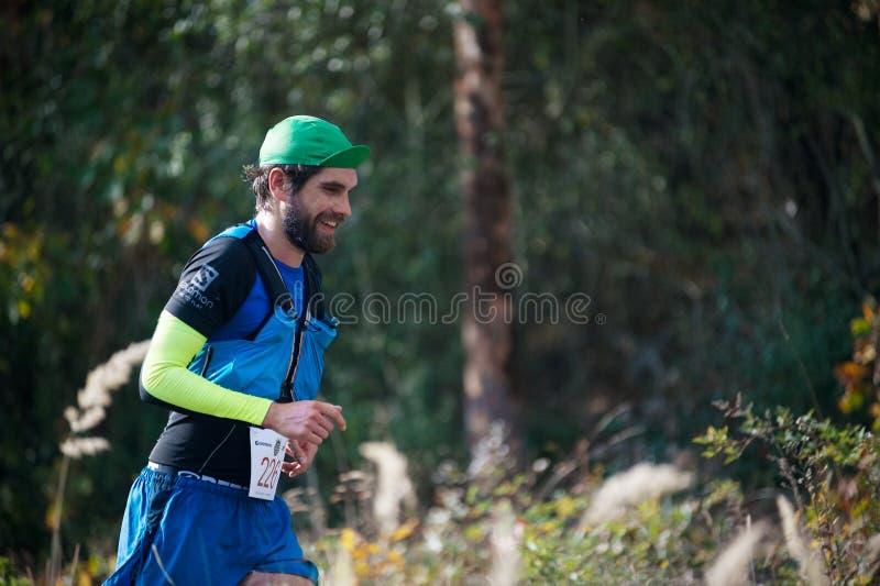 ΔΗΜΟΚΡΑΤΊΑ ΤΗΣ ΤΣΕΧΊΑΣ, SLAPY, τον Οκτώβριο του 2018: Ανταγωνισμός τρεξίματος Maniacs ιχνών Profil του γενειοφόρου τρέχοντας νεαρ στοκ φωτογραφία με δικαίωμα ελεύθερης χρήσης