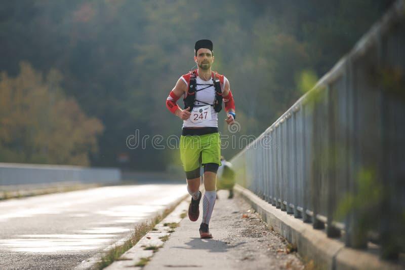 ΔΗΜΟΚΡΑΤΊΑ ΤΗΣ ΤΣΕΧΊΑΣ, SLAPY, τον Οκτώβριο του 2018: Ανταγωνισμός τρεξίματος Maniacs ιχνών Τρέχοντας νεαρός άνδρας στη γέφυρα σε στοκ φωτογραφία με δικαίωμα ελεύθερης χρήσης