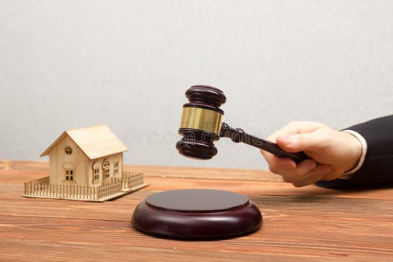 Δημοπρασία, έννοια ακίνητων περιουσιών Χέρι με gavel δικαστών και το πρότυπο σπιτιών στοκ φωτογραφίες