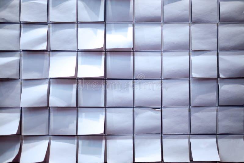 Δημοσίευση σημειώσεων σε έγχρωμο χαρτί στοκ εικόνες