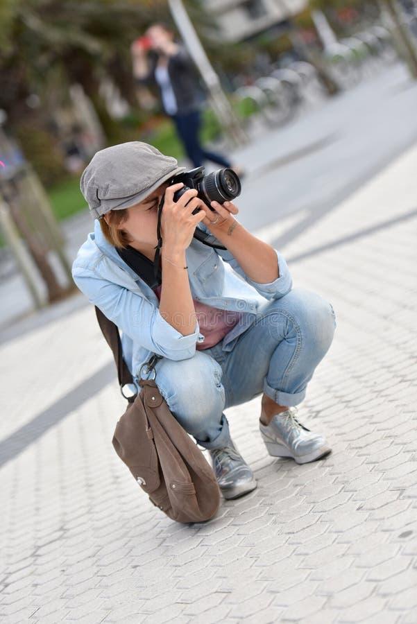 Δημοσιογράφος γυναικών που παίρνει τις φωτογραφίες στην πόλη στοκ φωτογραφία με δικαίωμα ελεύθερης χρήσης
