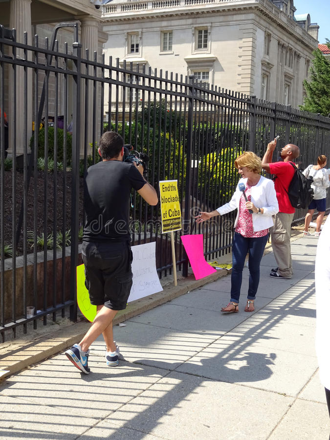 Δημοσιογράφος ειδήσεων στην κουβανική πρεσβεία στοκ εικόνες με δικαίωμα ελεύθερης χρήσης