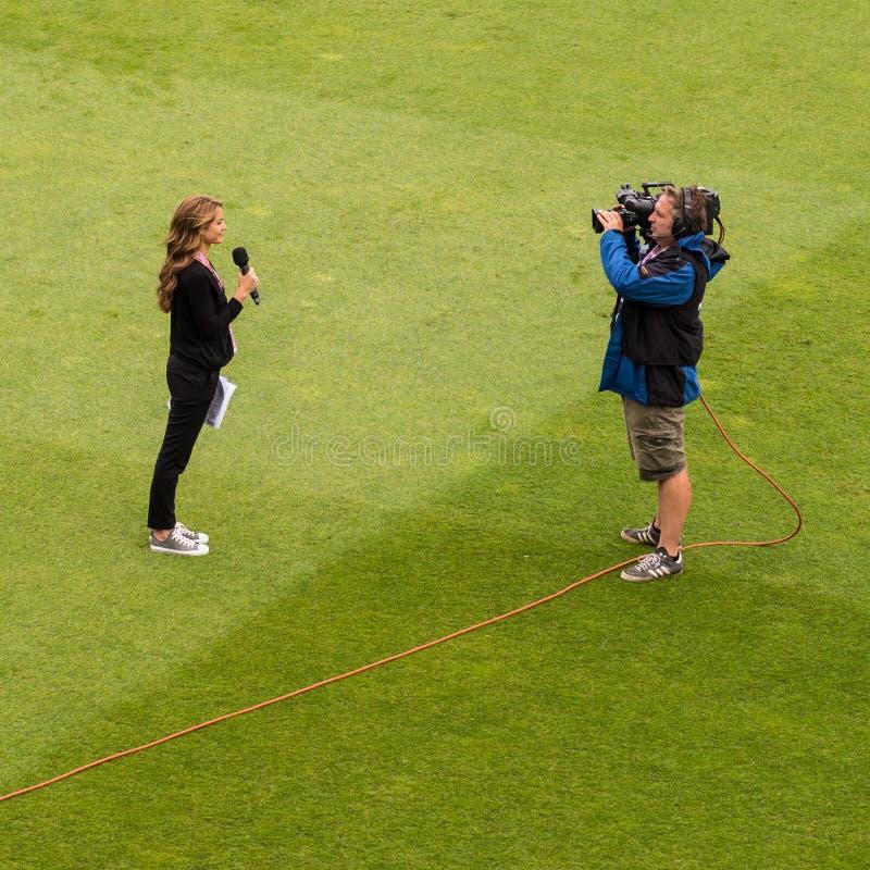 Δημοσιογράφος TV στη ζωντανή ραδιοφωνική μετάδοση εξωτερικού στοκ φωτογραφίες