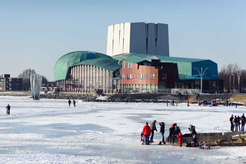 Δημοτικό Θέατρο Het Park και ακτή παγωμένων θαλασσών στην πόλη Hoorn, Κάτω Χώρες στοκ φωτογραφία