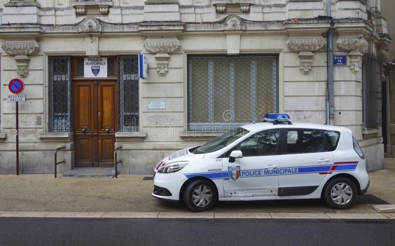 Δημοτικό περιπολικό της Αστυνομίας στο μέτωπο του περιβόλου χωροφυλακών σε Αβινιόν, Γαλλία στοκ εικόνες