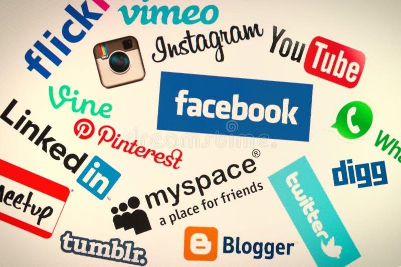 Δημοφιλή κοινωνικά λογότυπα ιστοχώρου μέσων στη οθόνη υπολογιστή στοκ φωτογραφία με δικαίωμα ελεύθερης χρήσης