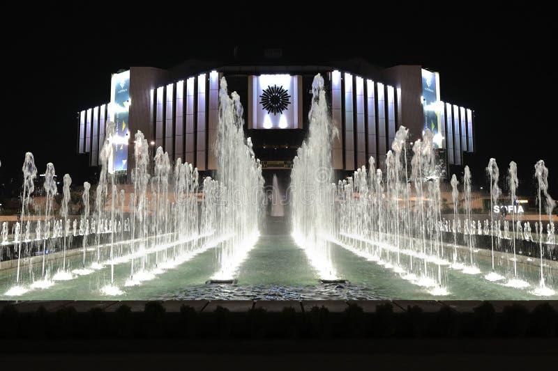 Δημόσιες πηγές μπροστά από το εθνικό παλάτι του πολιτισμού NDK τή νύχτα, Sofia, Βουλγαρία στοκ εικόνες με δικαίωμα ελεύθερης χρήσης