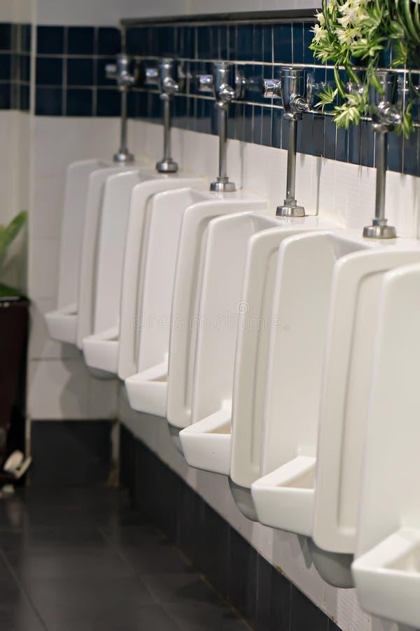 Δημόσιες τουαλέτες ατόμων ουροδοχείων στοκ εικόνα με δικαίωμα ελεύθερης χρήσης
