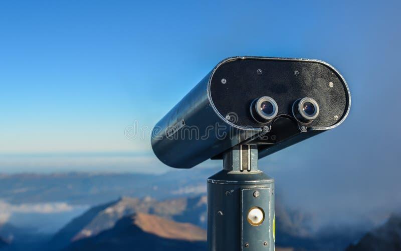 Δημόσιος διοφθαλμικός στην αιχμή βουνών χιονιού στοκ εικόνα με δικαίωμα ελεύθερης χρήσης