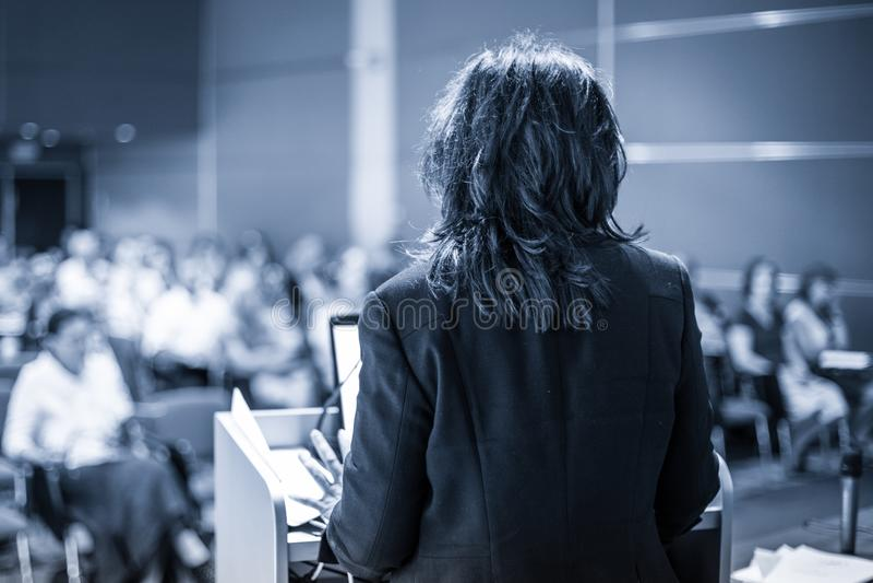 Δημόσιος ομιλητής που δίνει τη συζήτηση στο επιχειρησιακό γεγονός στοκ εικόνες
