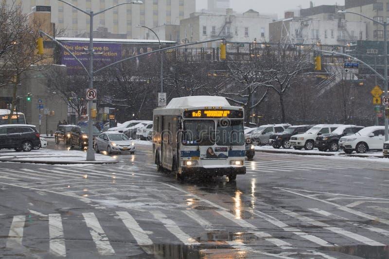 Δημόσιο λεωφορείο κατά τη διάρκεια της θύελλας χιονιού στο Bronx Νέα Υόρκη στοκ εικόνες