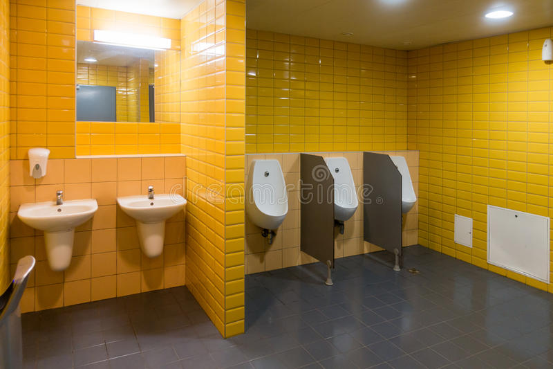 Δημόσιο σύγχρονο δωμάτιο ατόμων ` s WC στοκ εικόνες με δικαίωμα ελεύθερης χρήσης